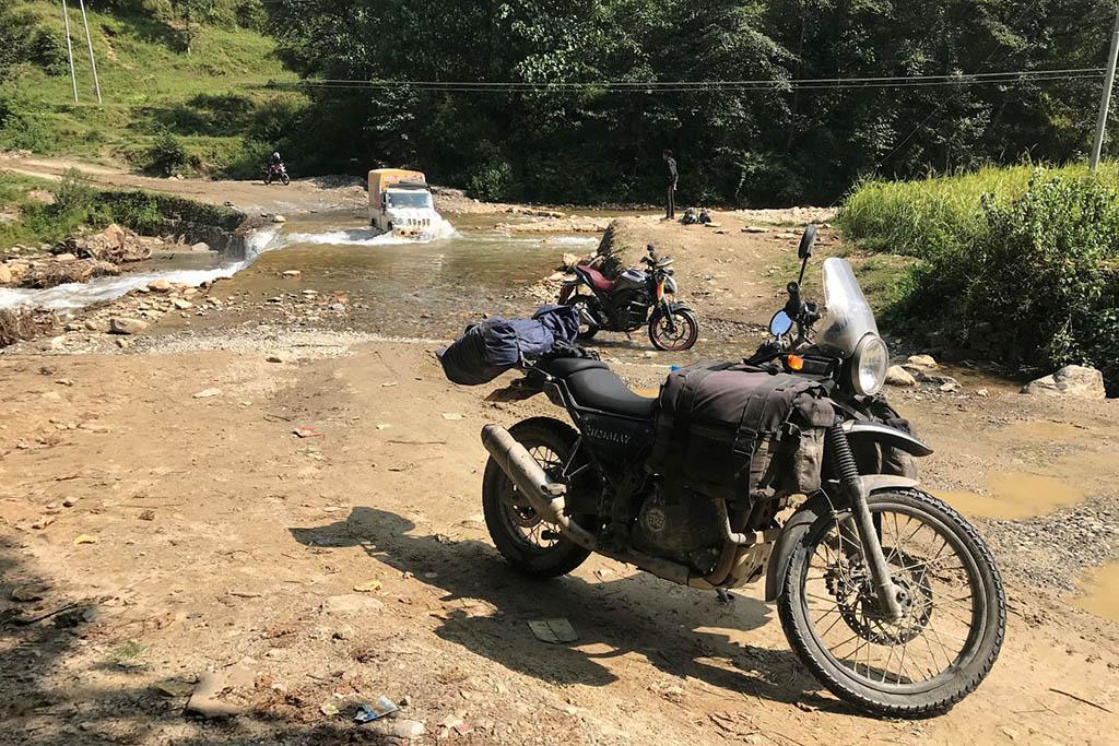 Traversée du Népal en moto, passage de guet