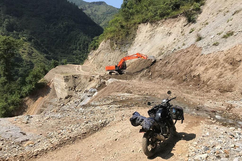Traversée du Népal en moto, piste en construction